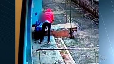 Aluno é esfaqueado durante assalto dentro de colégio estadual em Itaberaí - Nas imagens, uma pessoa mascarada entra na unidade, pega o celular da vítima e a atinge várias vezes no ombro.