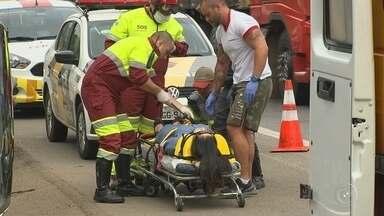 Motorista chinesa tomba carro após ser atingida por carreta em rodovia - Uma mulher chinesa ficou ferida após ter o carro que dirigia atingido por uma carreta na manhã desta terça-feira (27) na rodovia Raposo Tavares, em Sorocaba (SP).