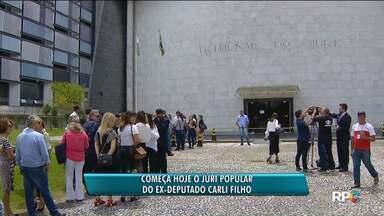 Muita gente faz fila em frente ao Tribunal do Júri - O julgamento demorou quase nove anos para ser marcado. Nesse tempo houve várias mudanças na lei.
