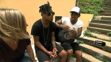 'Empoderamento da favela': Lucas e Orelha falam da relação das letras com a comunidade - Confira a entrevista gravada em Cosme de Farias.
