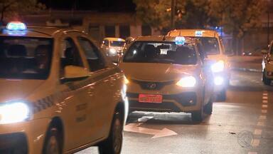 Taxistas manifestam em Juiz de Fora por projeto que regulamenta transporte de passageiros - Projeto de Lei é voltado para serviço prestado por carros particulares por meio de aplicativos. Manifestantes percorreram as ruas do Centro da cidade na noite de segunda-feira (26).