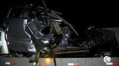 Carro bate de frente com caminhão e motorista morre na BR-267, em Bicas - Segundo relato de motorista do caminhão aos bombeiros, chovia na hora do acidente.