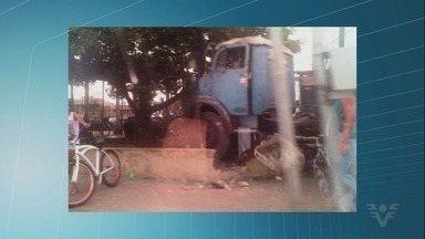 Motorista perde controle de caminhão e invade estacionamento de Fórum em Praia Grande - Acidente aconteceu no bairro Mirim, no fim da manhã desta terça-feira (27). Ninguém se feriu.