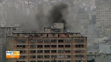 Incêndio em prédio no centro de Belo Horizonte deixa feridos - Uma sala comercial pegou fogo. Prédio foi esvaziado e vai passar por perícia.