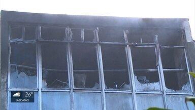 Incêndio atinge sala da Biblioteca Central da UFPE - Polícia Federal deve fazer perícia para saber o que causou o fogo.
