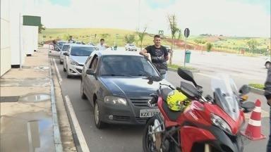 Motoristas reclamam de demora em vistoria de carros no Detran em Pouso Alegre, MG - Motoristas reclamam de demora em vistoria de carros no Detran em Pouso Alegre, MG
