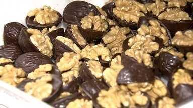 Chocolate traz benefícios à saúde, mas é preciso moderar - A repórter Camila Guimarães, que é chocólatra, deixou a Redação Móvel para conhecer uma fábrica de chocolate. A sobremesa traz benefícios, mas também tem gordura e açúcar.