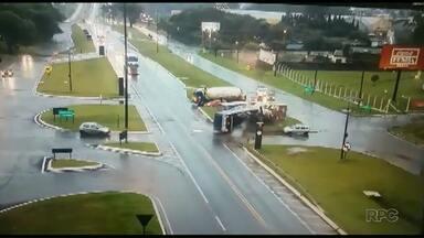 Caminhão bate em ônibus de trabalhadores e 12 pessoas ficam feridas - Câmeras de segurança flagraram o momento da batida.