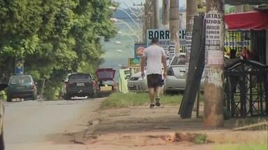 Buracos em calçadas são risco para pedestres no Setor O, em Ceilândia - A Redação Móvel foi conferir as calçadas do Setor O, em Ceilândia.