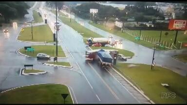 Câmera flagra acidente entre carreta e ônibus na BR-277, em Cascavel - 12 pessoas ficaram feridas.