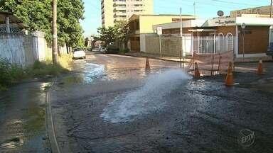 Vazamento de água é consertado no Jardim Paulista em Ribeirão Preto - O problema começou depois que uma adutora se rompeu.