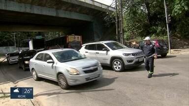 Obras na BR-101 causam engarrafamentos na Zona Norte do Recife - Motoristas reclamam do trânsito nas ruas dos bairros de Apipucos e Dois Irmãos.