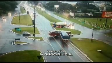 Doze pessoas ficam feridas em acidente entre ônibus e caminhão - Câmera de segurança registrou a batida que aconteceu na BR-277.
