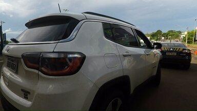 Médica é sequestrada em Maringá e obrigada a dirigir até o Paraguai - Perto da fronteira em Foz do Iguaçu o veículo foi parado pela polícia rodoviária Federal. O sequestrador queria levar o carro da vítima para o Paraguai.