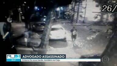 Mãe acusa PMs de terem executado filho no Caju - PM afirma que houve tiroteio.