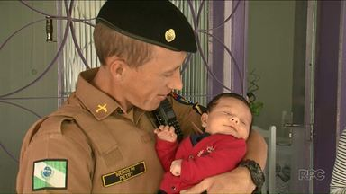 Policias reencontram bebê que ajudaram a salvar - Bebê de 30 dias foi salvo em cidade do sudoeste