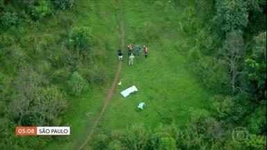 Bombeiros encontram corpo de menino que estava desaparecido em SP - Mateus caiu num córrego durante a chuva. O corpo foi localizado no Rio Tietê, perto da Estrada dos Romeiros, em Pirapora do Bom Jesus, a cerca de 60 km do local em que desapareceu.