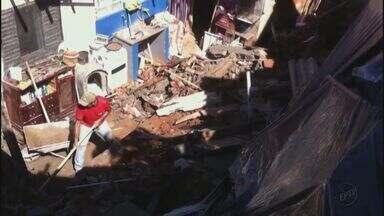 Prefeitura inicia limpeza de muro que caiu em casas em São José do Rio Pardo, SP - Como o espaço é pequeno, os trabalhadores estão realizando a retirada do entulho manualmente.