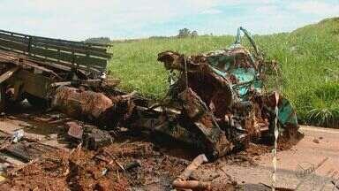 Caminhoneiro morre após grave acidente na Rodovia Anhanguera em Santa Cruz da Conceição - O caminhão em que ele estava caiu de um barranco, na manhã desta quinta-feira (1º).