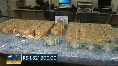 Dois jovens foram presos com quase R$ 2 milhões em um carro - Polícia diz que eles ofereceram parte do dinheiro para serem liberados.