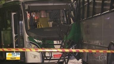 Dois ônibus batem de frente na zona leste de SP. Doze pessoas ficam feridas - Acidente foi na Avenida Vila Ema e teria sido provocado por um motorista de um carro que fez uma ultrapassagem em local proibido. Chovia na hora da batida.