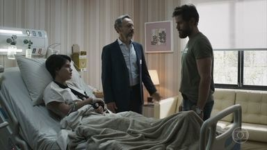 Adriana é rude com Nicolau, e Henrique se desculpa pela filha - O diplomata simpatiza com o policial e o incentiva a se aproximar de sua filha