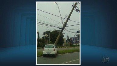 Carro bate em poste e deixa moradores sem energia em Varginha, MG - Carro bate em poste e deixa moradores sem energia em Varginha, MG