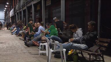 Filas continuam para quem quer tirar a carteira de identidade - Muita gente passou a noite em frente à Rua da Cidadania do bairro Boa Vista em Curitiba para conseguir fazer o documento