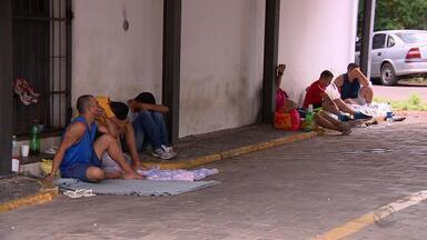 Presos voltam a ficar algemados do lado de fora de delegacias na Região Metropolitana - Com a celas cheias, os policiais são obrigados a fazer a custódia do lado de fora, até que abram vagas em penitenciárias no estado.