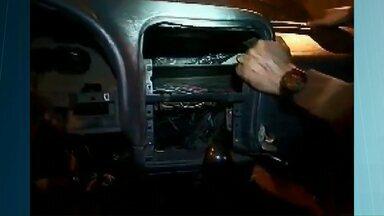 Polícia encontra produtos contrabandeados em painel de van - A apreensão foi na Ponte da Amizade.