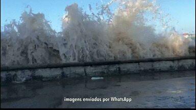 Ressaca provoca ondas de mais de dois metros no litoral da Paraíba - A água do mar chegou às ruas da orla, deixando muito lixo e areia espalhados.