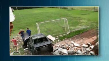 Carro passa direto em rua, arrebenta muro e invade campo de futebol - O acidente foi em Cascavel