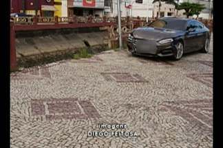 Acidente entre dois carros derruba barreira de canal na Doca, em Belém - O impacto entre os veículos foi tão forte que um deles invadiu a calçada e certou um poste.