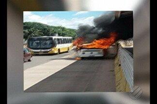 Uma kombi pegou fogo na avenida Augusto Montenegro, em Belém - O fato ocorreu próximo à avenida Mário Covas, no bairro do Coqueiro, em Belém.