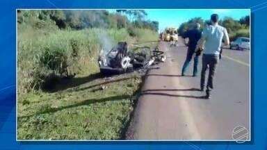 Identificado homem que morreu em acidente envolvendo carro e caminhão na BR-163 - Condutor do carro tinha 21 anos, segundo a polícia. Com a violência da colisão, o carro pegou fogo e o condutor morreu.