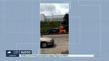 Ônibus pega fogo na Rodovia Fernão Dias, em Betim, na Grande BH - O incêndio teria começado em uma das rodas. Ninguém se feriu.