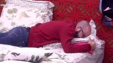 Mahmoud chora muito no Quarto Tropical - Sozinho no Quarto Tropical, Mahmoud chora