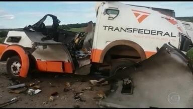 Grupo fortemente armado explode carro forte em Brasília - Bandidos fortemente armados explodiram um carro forte na rodovia que liga Brasília a Belo Horizonte. Segundo a Polícia Rodoviária Federal, os assaltantes levaram três malotes de dinheiro.