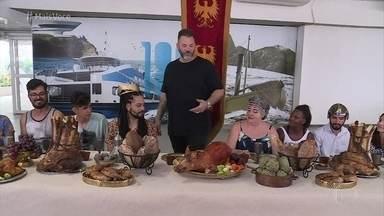 Jimmy Ogro serve banquete medieval no Centro do Rio de Janeiro - Galera se inspira na novela 'Deus Salve o Rei' e aprova as delícias servidas pelo chef. Ana Maria fica encantada ao ver a mesa medieval posta na Casa de Cristal