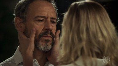 Henrique termina o relacionamento com Jô - Beth afirma ao diplomata que irá se divorciar dele