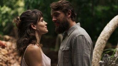 Renato pressiona Clara por uma resposta sobre o relacionamento dos dois - Médico prepara uma surpresa romântica para a milionária