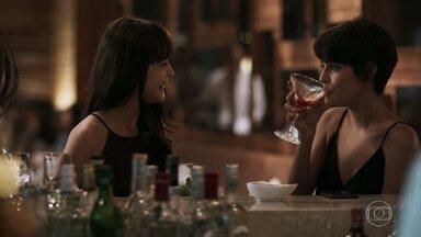 Laura conta a Adriana que já não teme aproximação de Rafael - A advogada aconselha a amiga a ficar tranquila