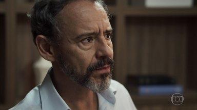 Henrique descobre que Adriana precisará de uma cirurgia - Diplomata fica abalado com a possibilidade da filha estar com câncer