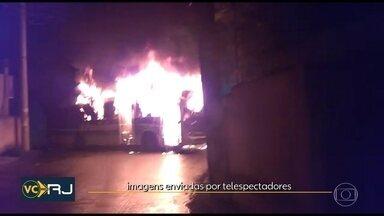 Três ônibus foram incendiados em Duque de Caxias - Moradores disseram que criminosos colocaram fogo nos veículos depois que dois homens morreram durante uma operação da Polícia Militar.