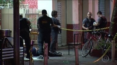 Tiroteio deixa dois mortos e um ferido em praça movimentada na Zona Sul do Rio - A Praça São Salvador, em Laranjeiras, é um local boêmio e estava lotado. Os bares estavam cheios quando homens armados, de carro, passaram atirando diversas vezes. Dois homens morreram na hora. Um taxista foi atingido por uma bala perdida.