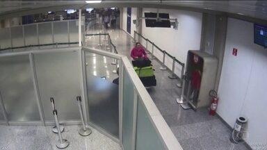 Presa quadrilha de contrabandistas que atuava no Aeroporto Internacional do Rio - A Polícia Federal desbaratou uma quadrilha que contrabandeava principalmente aparelhos celulares vindos de Miami. O grupo contava com a ajuda de servidores da receita federal, que foram presos.