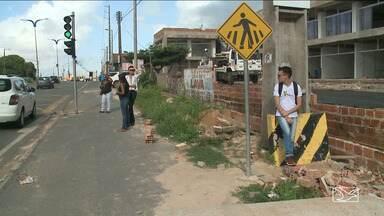 Passageiros reclamam da falta de abrigos nas paradas de ônibus em São Luís - Na maioria dos pontos de ônibus na MA-203 na Região Metropolitana de São Luís, não existem abrigos e os passageiros tem que enfrentar o sol e a chuva.
