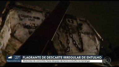 Motorista de caminhão é flagrado despejando entulho irregularmente - Motorista foi detido e responderá,por crime ambiental. Só em 2018, 24 caçambas irregulares já foram apreendidas na Região Metropolitana.