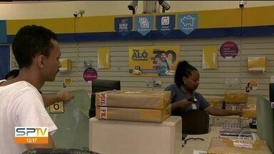 Cliente dos Correios reclamam da demora nas entregas - Clientes esperam até quatro meses por encomendas que não chegam. Em Suzano, clientes e funcionários discutiram. Sindicatos dizem que trabalhadores estão sobrecarregados.