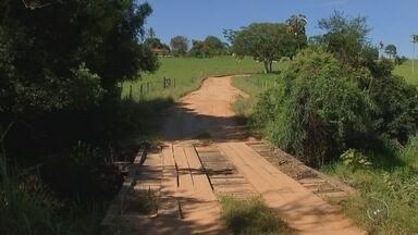 Moradores reclamam de condições de estradas em bairro de Araçatuba - A estrada municipal liga Araçatuba ao bairro rural Água Limpa está interditada. Mais de 100 famílias que vivem no local estão passando por dificuldades.